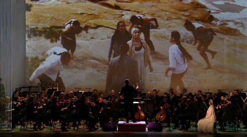 Alexander Shelley, Monique Mojica and the NAC Orchestra perform Life Reflected on the 50th Anniversary European Tour, a work that includes choreography by Tekaronhiáhkhwa Santee Smith_Fred Cattroll